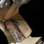 Az tenyér méretű orvosi almanach ezüst brokát kötésben luxuskiadványnak számított